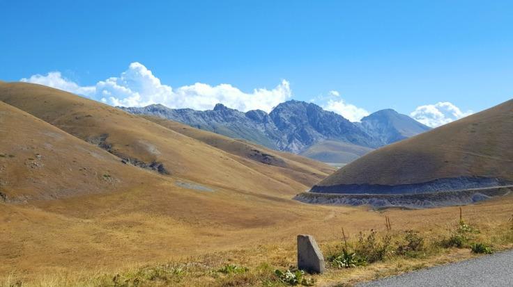 abruzzo-in-bicicletta_salita-di-campo-imperatore-in-bicicletta_gran-sasso-di-italia_parco-nazionale-del-gran-sasso-e-dei-monti-della-laga