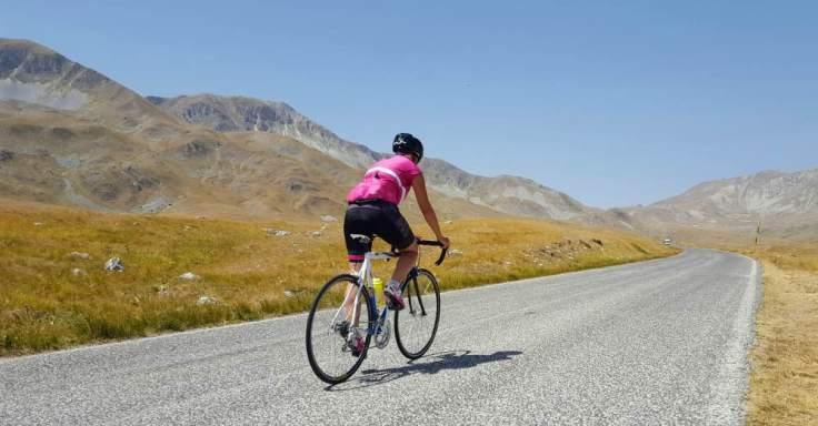 abruzzo-in-bicicletta_salita-di-campo-imperatore-in-bicicletta_gran-sasso-di-italia_parco-nazionale-del-gran-sasso-e-dei-monti-della-laga_abruzzo-in-bicicletta_campo-imperatore-in-bicicl
