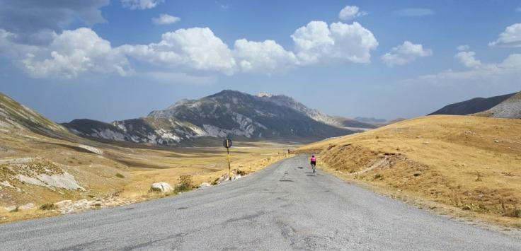 abruzzo-in-bicicletta_salita-di-campo-imperatore-in-bicicletta_gran-sasso-di-italia_parco-nazionale-del-gran-sasso-e-dei-monti-della-laga_abruzzo-in-bicicletta_campo-imperatore