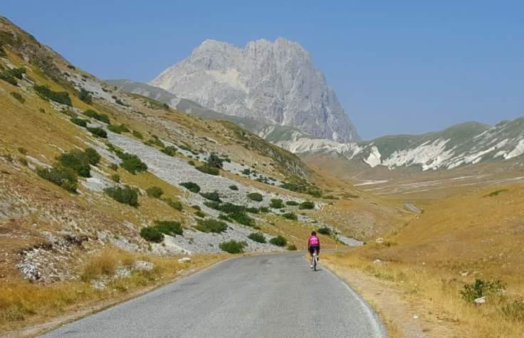 abruzzo-in-bicicletta_salita-di-campo-imperatore-in-bicicletta_gran-sasso-di-italia_parco-nazionale-del-gran-sasso-e-dei-monti-della-laga_abruzzo-in-bicicletta_corno-grande-gran-sasso